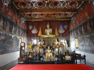 The paintings on the wwalls of this tempe were amazing, and told the life story of the Thai king